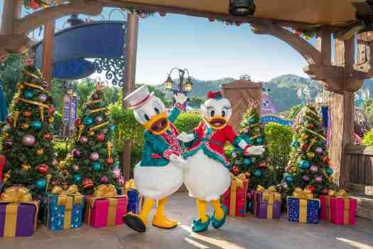 Donald-and-Daffy-Duck-at-Hong-Kong-Disneyland.