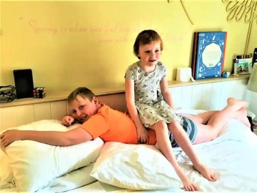 children-in-hotel-room