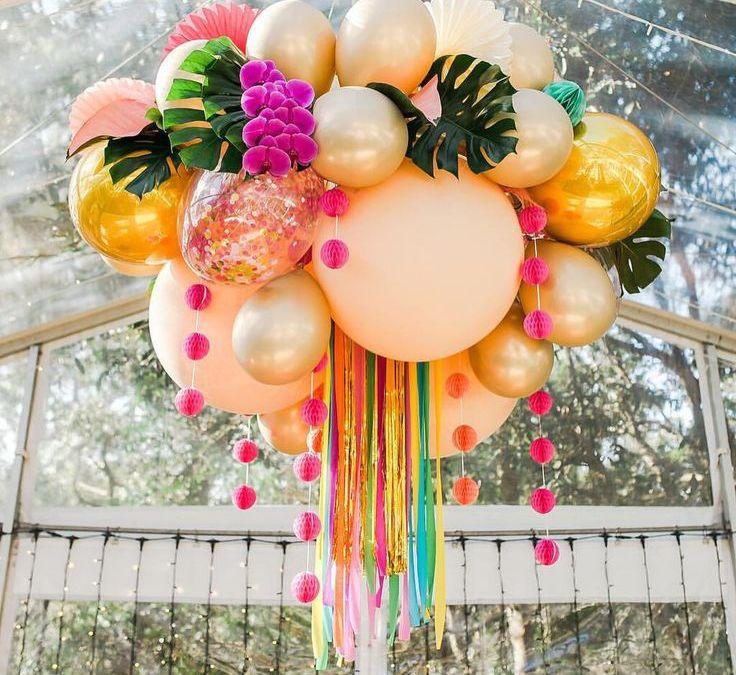 Sur Pinterest SHOOK! @avideas_ taking balloon garland planning to the next level.