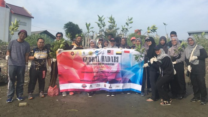 Mahasiswa Malaysia Tanam Pohon Bakau di Alue Naga