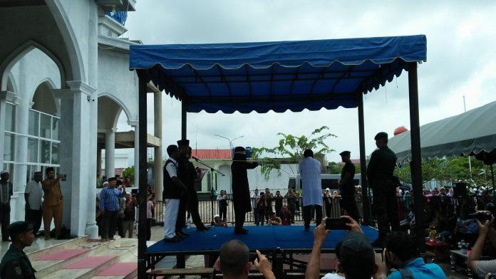Empat Pria Dicambuk karena Main Domino di Banda Aceh