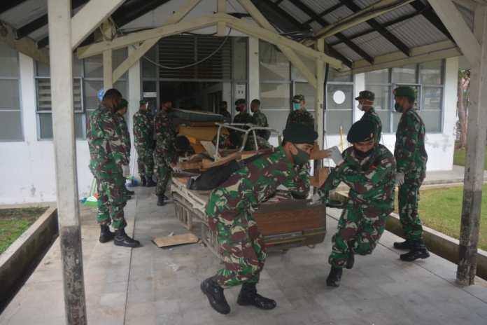 Prajurit TNI Gotong Royong di RSUDZA Siapkan Ruang Tambahan untuk Pasien COVID-19