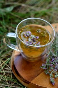 infusión de tomillo en una taza de té