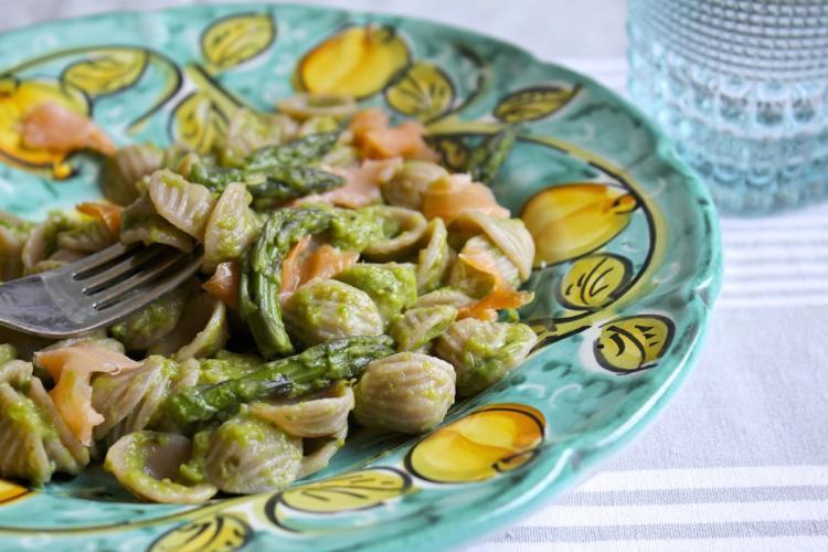 Orecchiette di farro integrale alla crema di asparagi e salmone affumicato