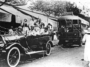 Em foto de 1917, o primeiro ônibus elétrico do Rio de Janeiro