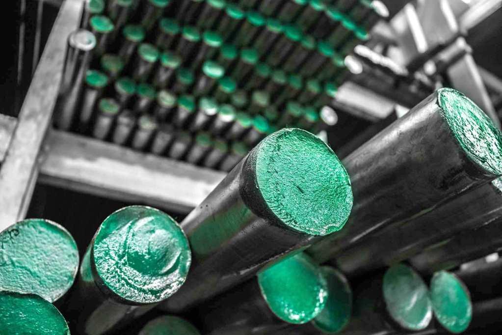 con mejores propiedades mecánicas que otros aceros del mismo tipo