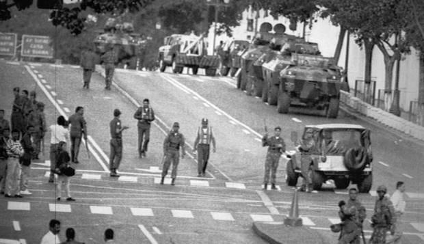 Chávez lidera golpe fracassado em 1992 e é alvo de golpistas na Venezuela  em 2002 | Acervo