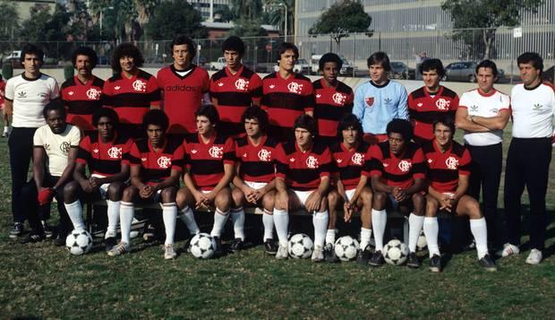 Era Zico. Comandada pelo técnico Carpegiani (à esquerda, em pé), a equipe do Flamengo que conquistou o Mundial de Clubes, em Tóquio, vencendo o Liverpool por 3 a 0 (dois gols de Nunes e um de Adílio)