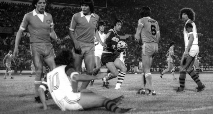 Disputa. Jogadores do Cobreloa fazem falta em Zico, caído no gramado, durante a 2a partida da final da Libertadores em Santiago