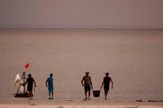 Pescadores chegam na praia fim da tarde. Os pescadores chegam a capturar cerca de 200 quilos de pescado por dia entre: piramutabas, sardinhas, filhotes, pescada amarela, robalo e tainhas. Curuçá·, Pará, Brasil. Foto: Paulo Santos