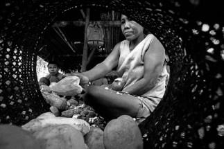 Família trabalha na produção de farinha. Comunidade Tukano no rio Curícuriarí. Expedição para criação do território indígena do rio Negro. São Gabriel da Cachoeira, Amazonas, Brasil Foto Paulo Santos. 1997