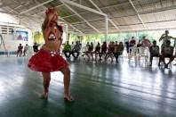 """Adolescente dança com roupas feitas de garrafas pet e latas de alumÌnio durante o IV Encontr""""o para dar continuidade a implantaÁ""""o do protocolo comunit·rio no ArquipÈlago do Bailique na foz do rio Amazonas, Amap·, Brasil.Foto Paulo Santos 12/06/2015"""