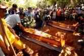 """Marab· - PA - 26 - 05 - 2011 - Foram enterrados, na manh"""" desta quinta-feira, 26, no cemitÈrio municipal de Marab·, os corpos dos extrativistas JosÈ Cl·udio Ribeiro da Silva e Maria do EspÌrito Santo. O casal foi assassinado a tiros na tarde de terÁa-feira (24), prÛximo ao assentamento onde moravam, na zona rural de Nova Ipixuna. O enterro, que aconteceu pouco antes do meio-dia, foi precedido de um cortejo pelas ruas de Marab·, acompanhado por cerca de cinco mil pessoas. AlÈm dos familiares do casal, havia muitas pessoas ligadas ao Movimento dos Trabalhadores Rurais Sem terra (MST) e ‡ FederaÁ""""o dos Trabalhadores na Agricultura (Fetagri) Foto - Raimundo PaccÛ"""