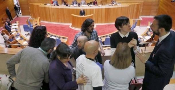 Los diputados de En Marea, Luís Villares (4, izq) y Antón Sánchez, (5, izq) y la portavoz del BNG, Ana Pontón (7, izq), saludan en la tribuna de público a los representantes de una asociación de víctimas del Alvia. | LAVANDEIRA JR. (EFE