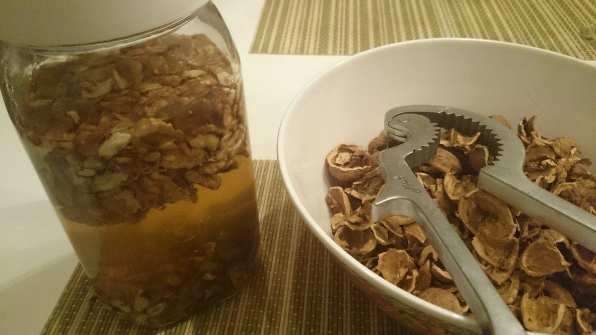 De gepelde walnoten verwerkt in de azijn.