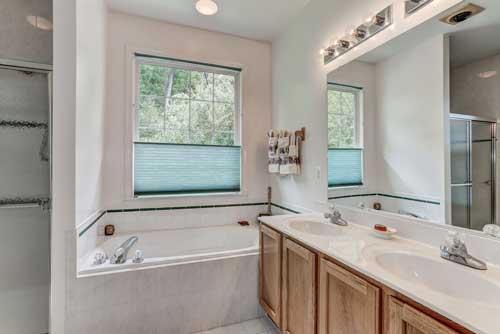13525 Ryton Ridge Ln, Gainesville, VA - Master Bath