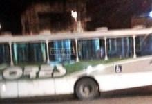 Photo of Criminosos usam ônibus para fechar rua durante intenso tiroteio  no RJ