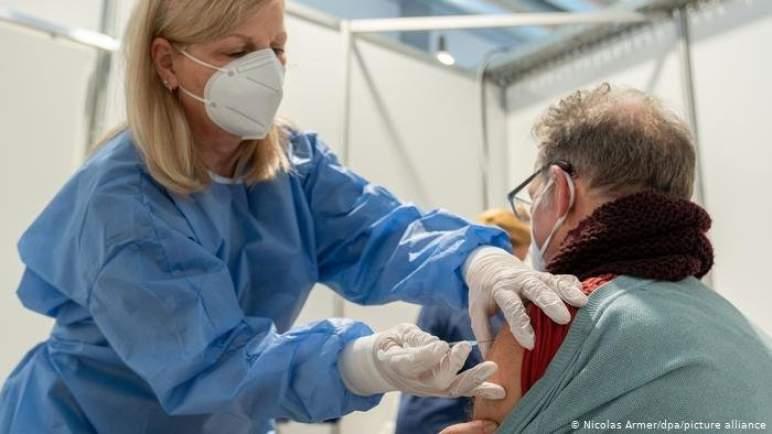 """فرنسا.. كبار السن والأشخاص الأكثر عرضة للإصابة بـ""""كورونا"""" يتلقون الجرعة الثالثة من اللقاح الشهر المقبل"""