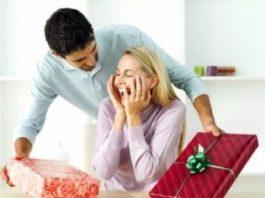 लड़कियों को पसंद आने वाले 10 पॉपुलर गिफ्ट Girlfriend Kaisa Gift De