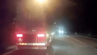 軽自動車 トラック 合流 炎上 動画