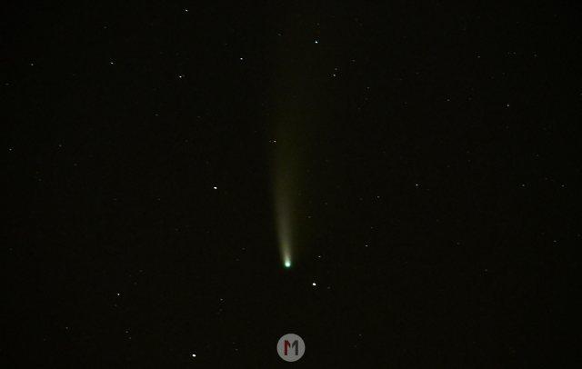 Komet Neowise mit einem Teleobjektiv und Telekonverter fotografiert