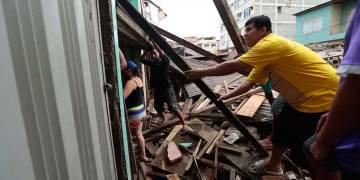 Hacen falta manos para remover escombros en Portoviejo, una ciudad severamente afectada por el terremoto de 7,8, en Ecuador. (Crédito: JUAN CEVALLOS/AFP/Getty Images).