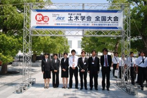 Foto barengan di gerbang masuk acara