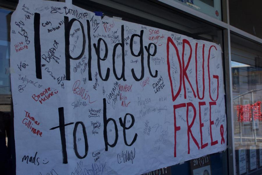 Students+sign+%22I+Pledge+to+be+Drug+Free%22+poster+to+show+commitment+to+their+drug+free+lifestyle.