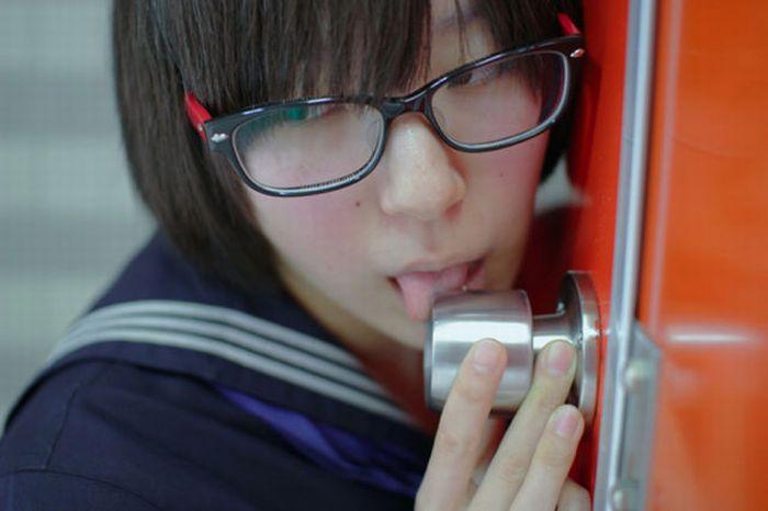 new trend in japan 04 Tren Terbaru Aneh Cewek Jepang, Suka Jilati Gagang Pintu Seperti Oral Seks