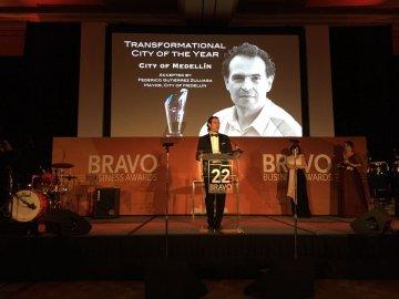 Medellín recibió el premio como la Ciudad más Transformadora del Año - Premios Bravo
