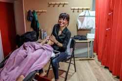 Sandra Graillat (reflexologue) au petit soin pour les troupes dans la loge VIP