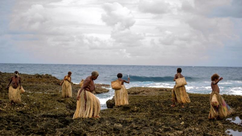 Women collect shells in 'Tanna' - DOP Bentley Dean, PHOTO Philippe Penel