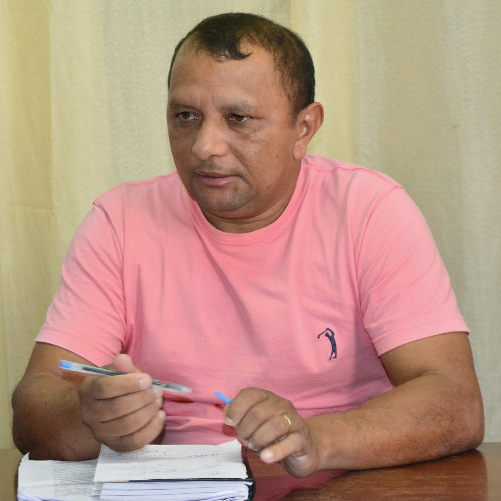Presidente da Câmara sofre pressão de servidores e 'descasca abacaxi' cultivado por colega