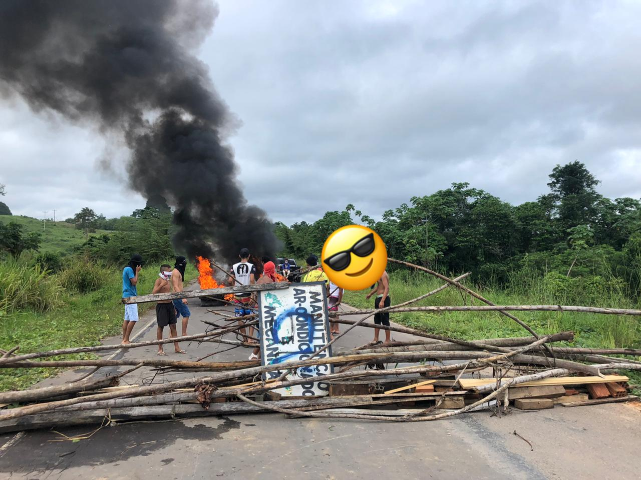 VÍDEO: Em Tarauacá, moradores ateiam fogo em pneus e bloqueiam acesso ao município