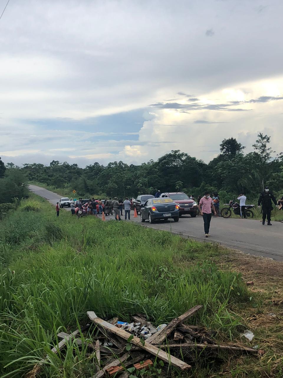 Em Tarauacá, moradores protestam contra decisão de juíza federal e apoiam bloqueio viário. 22.04.20