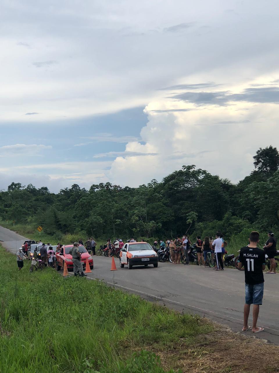 Em Tarauacá, moradores protestam contra decisão de juíza federal e apoiam bloqueio viário