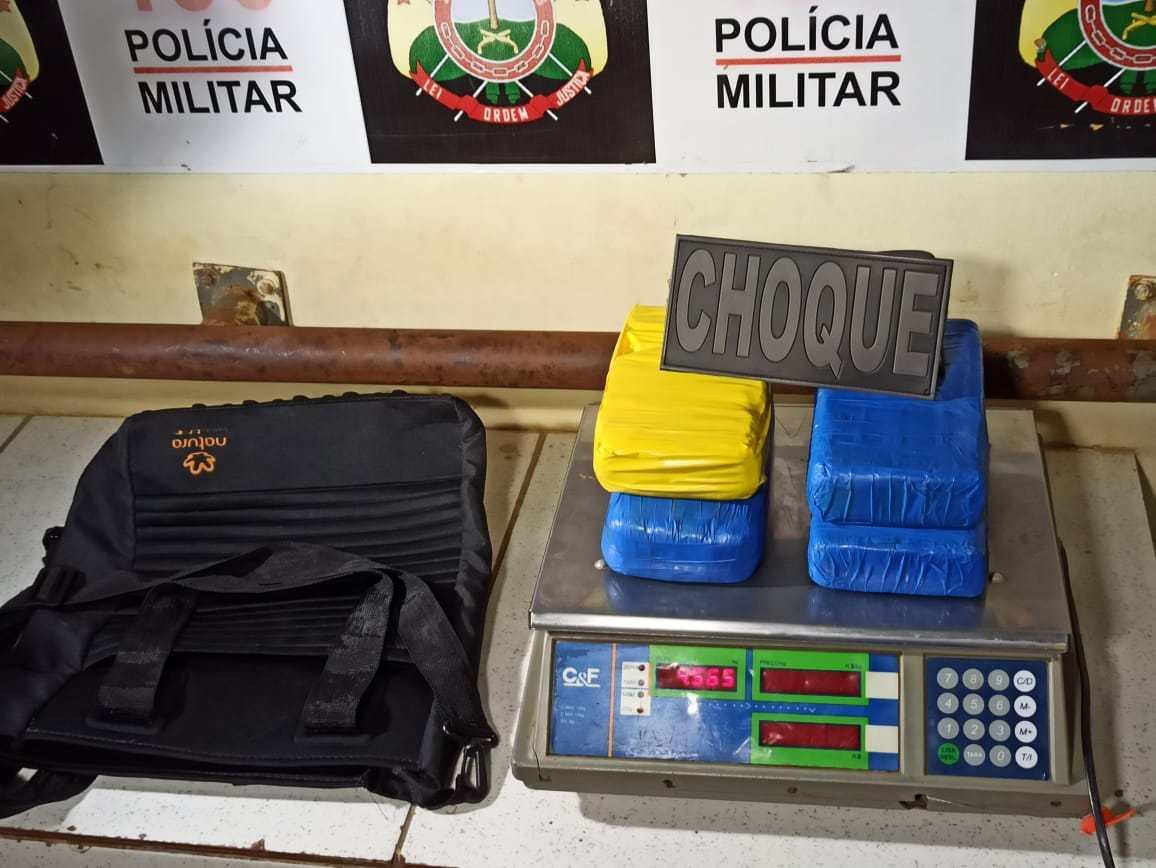 PM apreende 4 kg de cocaína em terreno no Bairro Adalberto Sena