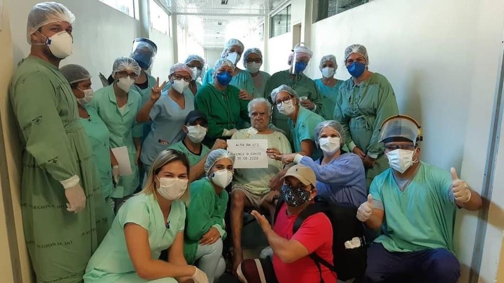 Após 24 dias, idoso de 100 anos com Covid-19 deixa UTI e vai para enfermaria de hospital do AC