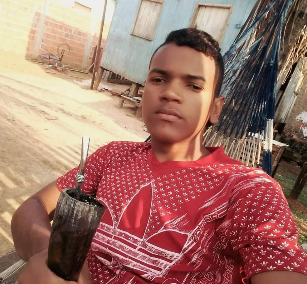 Grupo passa atirando durante velório de jovem assassinado e atinge homem em Rio Branco