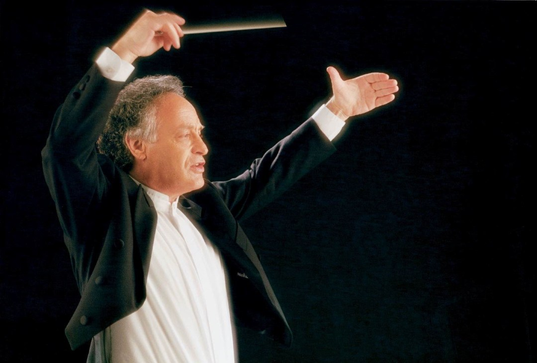 Yoav Talmi, director, en el podio de la Quebec Symphony
