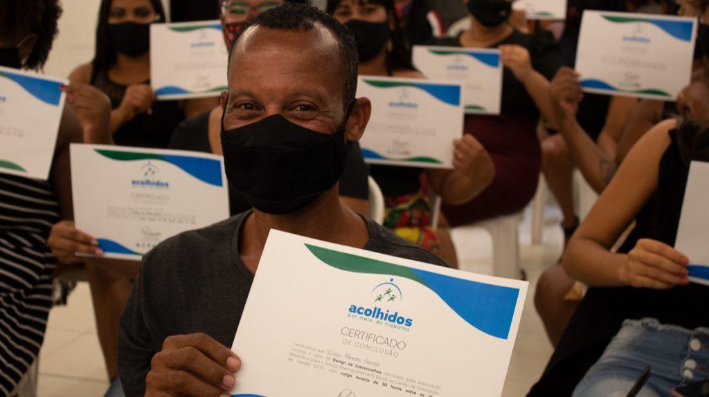 Moradores de Novos Alagados concluem capacitação para atuar no ramo de estética, em Salvador