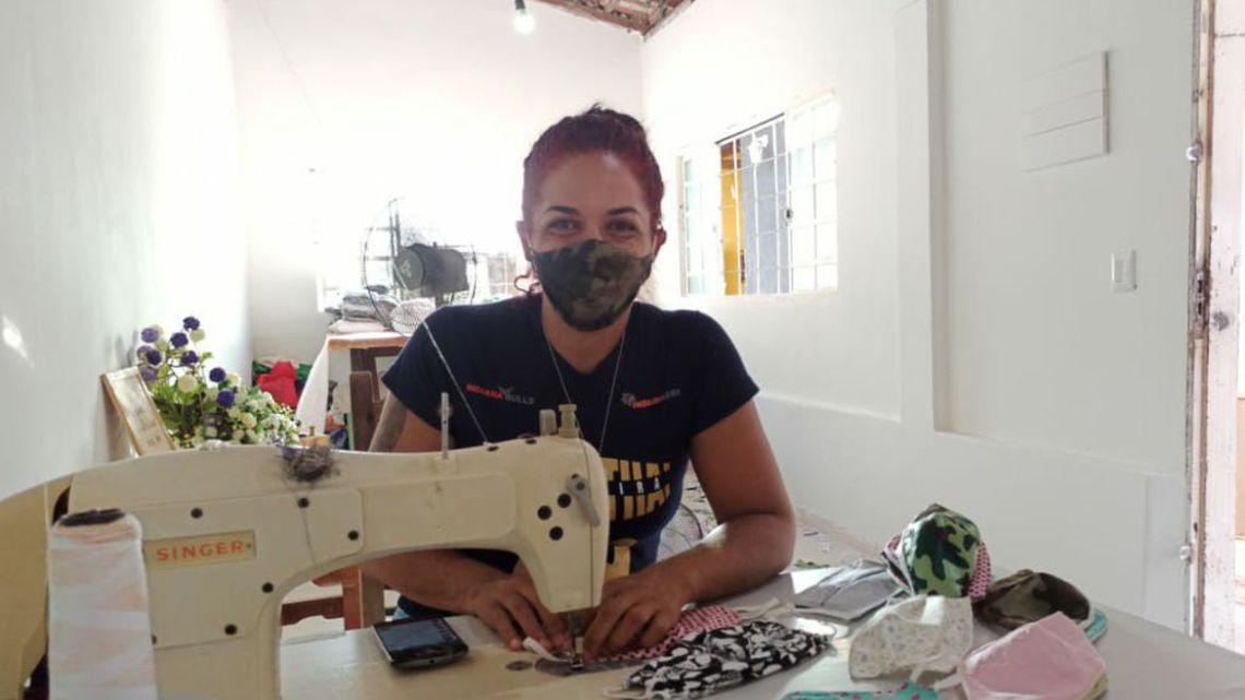 Campeã mundial de muay thai volta às origens na costura de máscaras