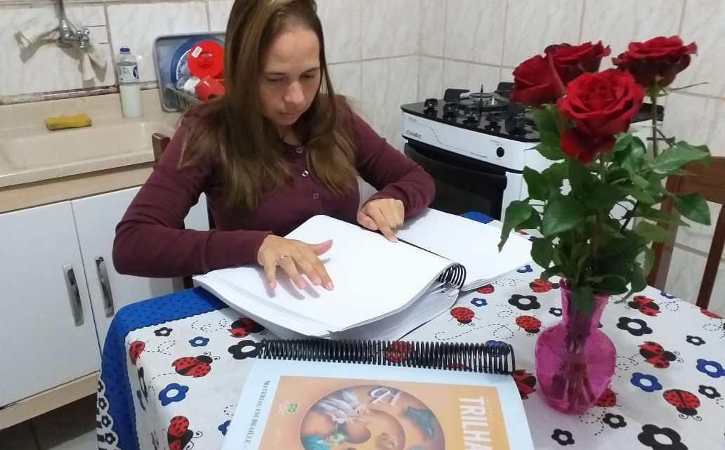 Pela 1ª vez na história da Educação de Cotia, Prefeitura entrega material em braille para professora cega