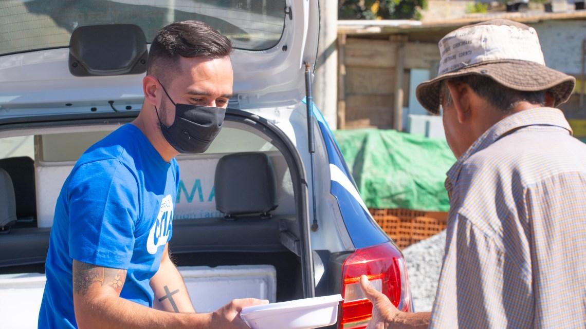 Centenas de marmitex são distribuídas nos bairros por meio da ação Cotia Solidária