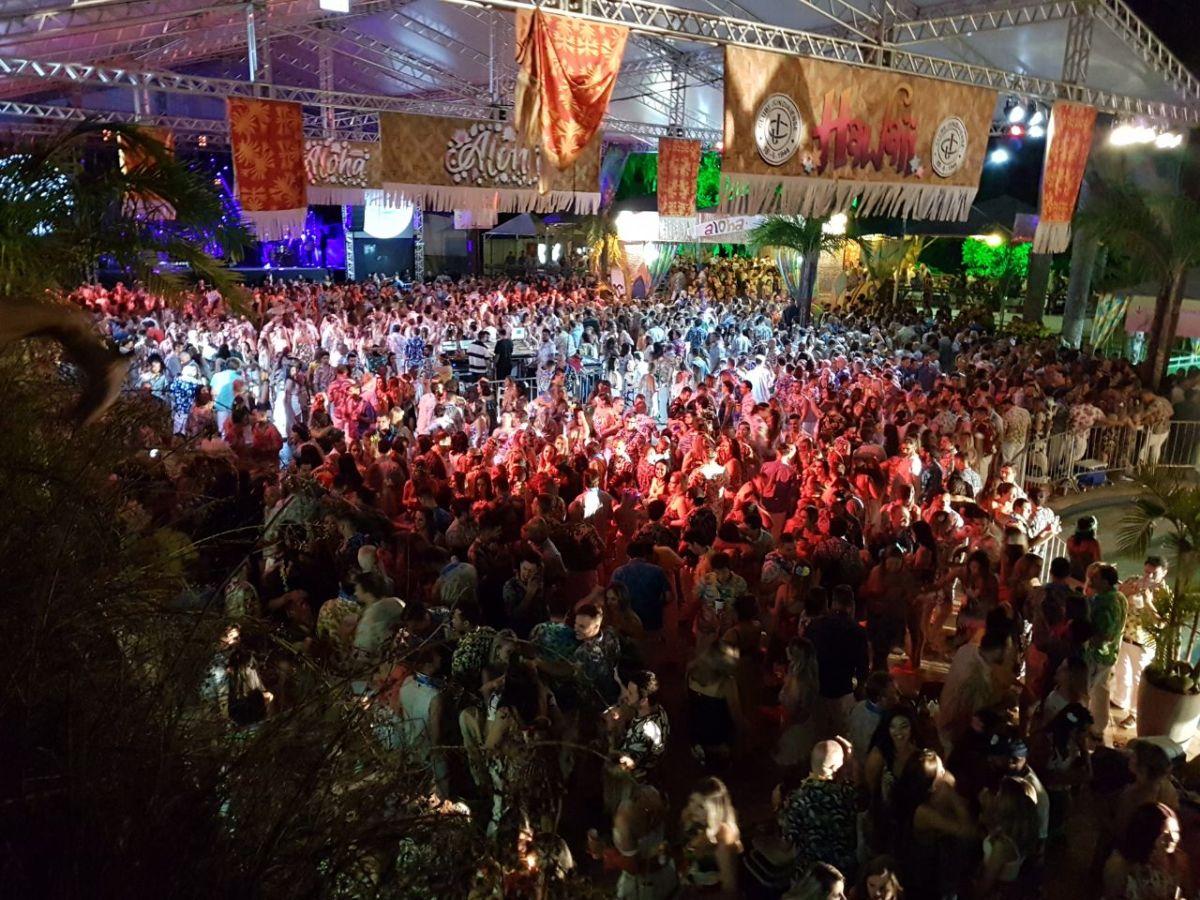 Clube Jundiaiense tem noite de festa com Baile do Havaí
