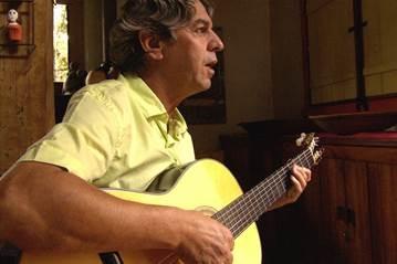 O músico Tavinho Moura, um dos grandes nomes do Clube da Esquina, faz show no Sesc Jundiaí
