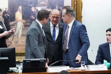 Foto do ministro-chefe da Casa Civil, Onyx Lorenzoni, com deputados