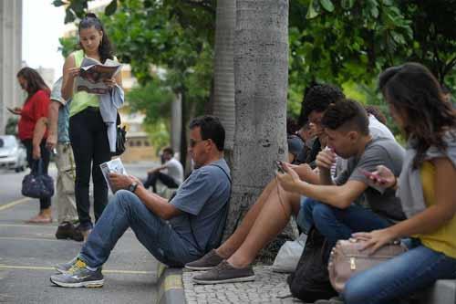 Foto de estudantes antes de entrarem para a prova