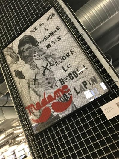 """""""Ne le dis à personne mais j'adore le chocolat mon lapin"""". Œuvre de Madame Moustache à l'École 42 / Art 42 Musée du Street Art. Paris 17e. © Photo : ÀContreGenre"""