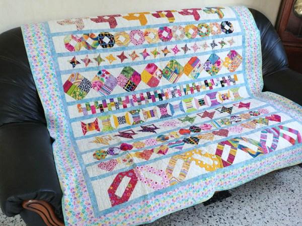 Acropatch-Plaid-Zébulon-Motif-Quilting-Medley-fil-multicolore pastel-sur un canapé 3 places